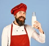 Concept nutritif de lactose L'homme avec la barbe tient la bouteille à lait en verre photographie stock libre de droits