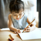 Concept occasionnel d'imagination de fille d'activité de progéniture de peinture Photo libre de droits