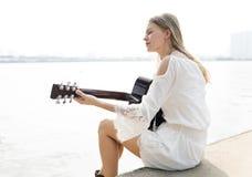 Concept occasionnel de loisirs d'instrument de relaxation de fille de guitare photographie stock