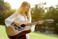 Concept occasionnel de loisirs d'instrument de relaxation de fille de guitare photo stock
