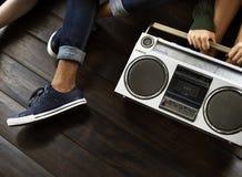 Concept occasionnel de musique d'amis d'unité d'ados par radio de style Photo stock