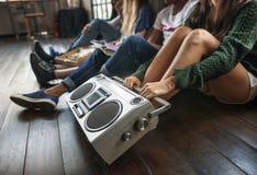 Concept occasionnel de musique d'amis d'unité d'ados par radio de style Photos stock