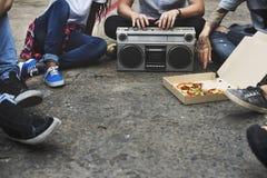 Concept occasionnel de musique d'amis d'unité d'ados par radio de style Image libre de droits