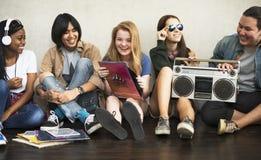 Concept occasionnel de musique d'amis d'unité d'ados par radio de style photographie stock libre de droits