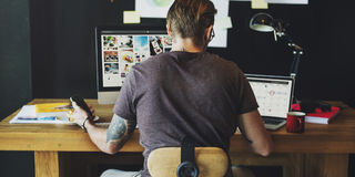 Concept occupé d'Editing Home Office de photographe d'homme photos stock