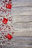concept-onafhankelijkheid dag van Turkije, nationale document vlaggen van de staat Turkije met witte rode confettien op witte geb royalty-vrije stock afbeelding