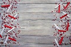 concept-onafhankelijkheid dag van Turkije, nationale document vlaggen van de staat Turkije met witte rode confettien op witte geb stock afbeelding