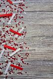 concept-onafhankelijkheid dag van Turkije, nationale document vlaggen van de staat Turkije met witte rode confettien op witte geb royalty-vrije stock afbeeldingen