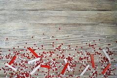 concept-onafhankelijkheid dag van Turkije, nationale document vlaggen van de staat Turkije met witte rode confettien op witte geb stock foto