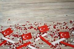 concept-onafhankelijkheid dag van Turkije, nationale document vlaggen van de staat Turkije met witte rode confettien op witte geb stock fotografie