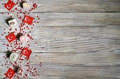 concept-onafhankelijkheid dag van Turkije, nationale document vlaggen van de staat Turkije met witte rode confettien op witte geb stock afbeeldingen