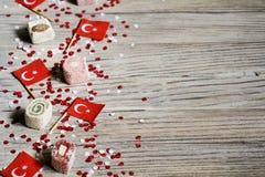 concept-onafhankelijkheid dag van Turkije, nationale document vlaggen van de staat Turkije met witte rode confettien op witte geb royalty-vrije stock foto's