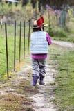 Concept onafhankelijkheid en vrijheid met kind het lopen in tuin stock foto