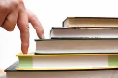 Concept onderwijs, stappen aan boeken Stock Foto's