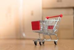 Concept online het winkelen: Weinig boodschappenwagentje op leveringsdozen stock afbeelding