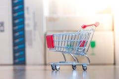 Concept online het winkelen: Weinig boodschappenwagentje op leveringsdozen royalty-vrije stock afbeelding
