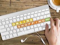 Concept online het winkelen Woorden op toetsenbordknoop Stock Foto