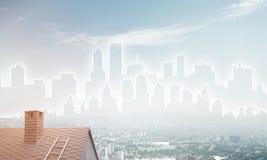 Concept onroerende goederen en bouw met getrokken silhouet op grote stadsachtergrond Royalty-vrije Stock Foto's