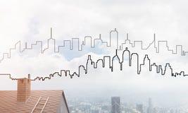 Concept onroerende goederen en bouw met getrokken silhouet op grote stadsachtergrond Stock Afbeelding
