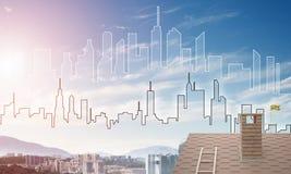 Concept onroerende goederen en bouw met getrokken silhouet op grote stadsachtergrond Stock Fotografie