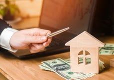 Concept onroerende goederen verkoop of huur van huisvesting, flathuur realtor stock afbeeldingen