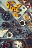 Concept oosters dessert Verschillende snoepjes op de steenachtergrond stock foto's