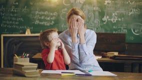 Concept op bord op school Jongeren, student en leerling in klaslokaal Intelligente en succesvolle jongen en van hem stock footage