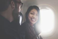 Concept parlant d'avion de vol de couples Image stock