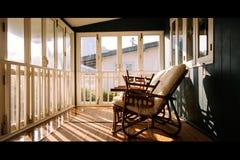 Concept pensant positif Les chaises en osier ou lumière de la chaise de rotin des vieilles fenêtres en bois tombe sur les chaises Photographie stock libre de droits