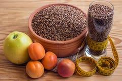 Concept - perte de poids Sarrasin dans un pot en céramique, robinet de mesure Photo stock