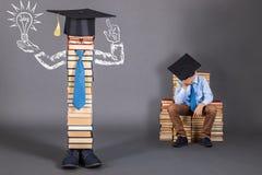 Concept peu commun d'éducation avec un garçon somnolant à qui un brillant Photos libres de droits