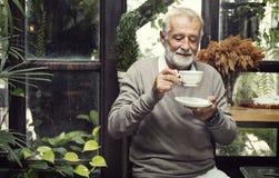 Concept potable de mode de vie de café d'homme supérieur Photographie stock libre de droits