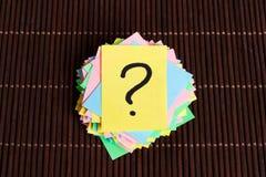 Concept pour la confusion, la question ou la solution point d'interrogation sur le fond en bois Photos stock