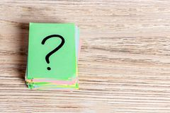 Concept pour la confusion, la question ou la solution point d'interrogation sur le fond en bois Image libre de droits
