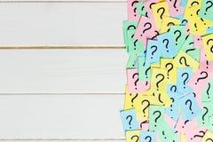 Concept pour la confusion, la question ou la solution point d'interrogation sur le fond en bois Photographie stock