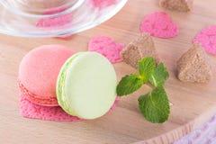 Concept pour les vacances de l'amour avec les biscuits, le thé et les feuilles en bon état images libres de droits