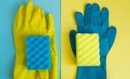 Concept professionnel de nettoyage de maison, accessoires de grand nettoyage, deux paires de gants en caoutchouc et éponges sur d image libre de droits