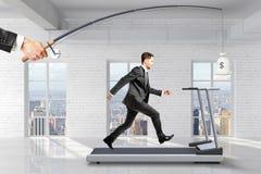 concept qui recherche le bénéfice avec l'homme d'affaires courant sur un tapis roulant f Photo stock