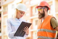 Concept réussi d'affaire Approvisionnement établi par agent de maîtrise en matériaux de construction L'expert et le constructeur  image libre de droits