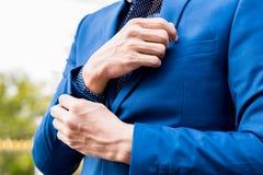 Concept réussi d'affaires : mâle exécutif f d'usage d'homme d'affaires Photographie stock libre de droits