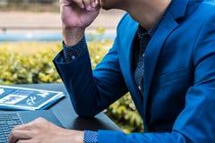 Concept réussi d'affaires : mâle exécutif f d'usage d'homme d'affaires Images stock