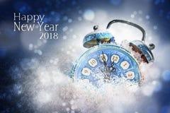 Concept 2018, réveil de nouvelle année bleu de vintage dans l'exposition de neige Photos stock