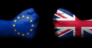 Concept relaties/conflict tussen de Europese die Unie en het Verenigd Koninkrijk door twee tegengestelde dichtgeklemde vuisten/Br royalty-vrije stock fotografie