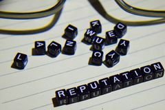 Concept Reputatie op houten kubussen met glasoog, boeken op Uitstekende achtergrond stock afbeeldingen