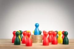Concept riche de chef de file des affaires avec le chiffre bleu sur le sta de pièce de monnaie Image stock