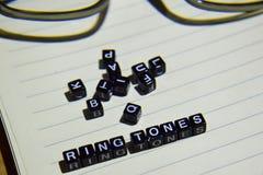 Concept Ring Tones op houten kubussen met glasoog, boeken op Uitstekende achtergrond stock foto's