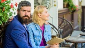 Concept Romance Amour et flirt Les couples flirtant la date romantique ont lu le livre Intérêts communs Datte romantique Couples  photographie stock