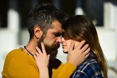 Concept Romance et de datation Homme et femme avec les visages passionnés Image stock