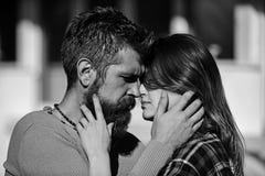 Concept Romance et de datation Homme et femme avec les visages passionnés photographie stock libre de droits