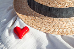 Concept romantique : chapeau de paille et coeur rouge Image libre de droits